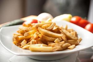 carne enrolada com batatas fritas foto