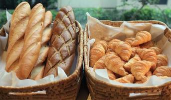 baguete e croissant franceses foto