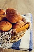 croissants em uma cesta foto