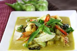 curry verde com camarão e lula