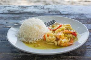 camarão comida tailandesa em pasta de curry foto