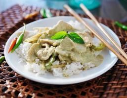 curry verde tailandês com frango com arroz de jasmim foto