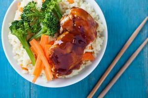 arroz frango e legumes refeição foto