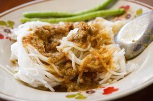 aletria de arroz com molho de curry