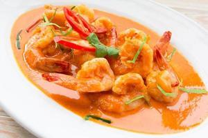 shripm de comida tailandesa picante com curry vermelho foto
