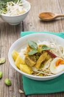 caril de frango com aletria de arroz tailandês