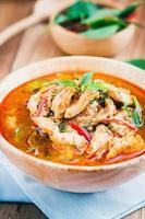 O curry com carne de porco é curry tailandês com leite de coco.