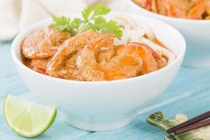 camarão curry tailandês com macarrão foto