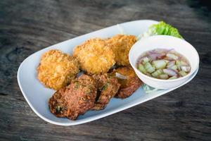 Patty de peixe frito ou bolinhos de peixe frito. foto