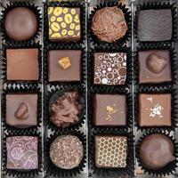caixa de vários bombons de chocolate foto