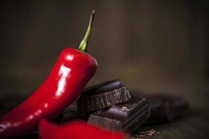 chocolate escuro rico e pimenta vermelha picante foto