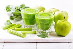 copos de suco verde com maçã e espinafre foto