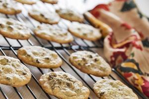 biscoitos de chocolate, resfriando um rack foto