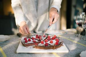 delicioso bolo de chocolate na mesa de festa de Natal foto