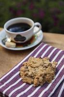 biscoito e uma xícara de café foto