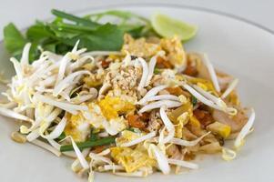 pad tailandês macarrão de arroz frito com camarão foto
