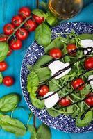 salada de dieta saudável com tomate, mussarela, manjericão e balsâmico foto