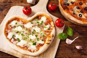 coração romântico em forma de pizza italiana margherita
