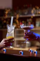 close-up de bebidas coloridas foto