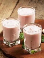 frutas frescas de iogurte caseiro em copos, foco seletivo foto