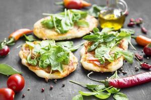 mini pizzas com mussarela, espinafre e manjericão fresco