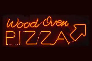 sinal de pizza de forno de madeira foto