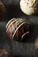 trufas de chocolate escuras foto