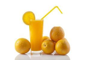 suco de laranja com laranjas foto
