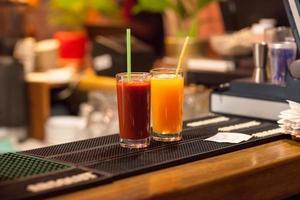 tomate e suco de laranja foto