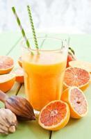 suco de laranja fresco pressionado no sangue foto