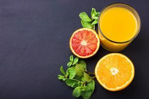 suco de laranja fresco em fundo escuro foto