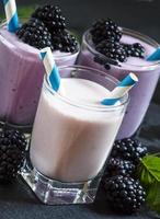 milk-shake com amoras silvestres e amoras foto