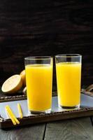 suco de laranja fresco com gengibre foto