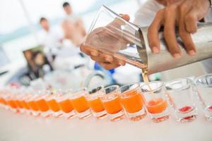 suco de laranja em copos de shot foto
