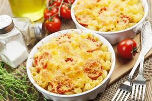 macarrão assado com tomate e queijo foto