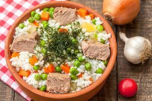 arroz com carne e vegetais