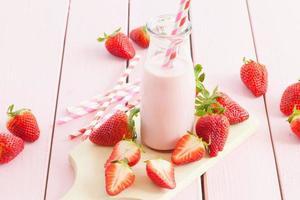 leite com morangos frescos foto