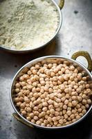 grão de bico seco na tigela de cobre indiano foto