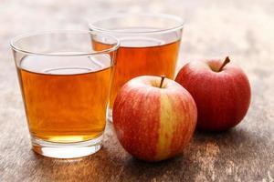 copo de suco de maçã foto