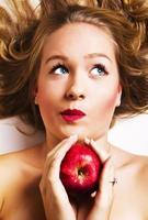 menina engraçada que guarda a maçã foto