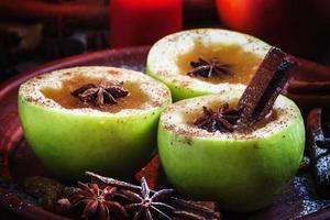 cidra de maçã maçãs ao meio com canela e anis
