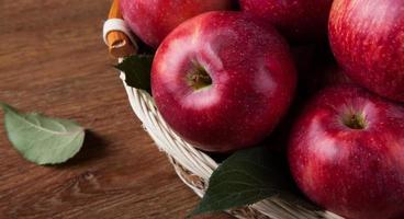 muitas maçãs na cesta close-up foto