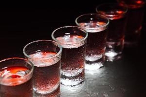 copos com uma bebida alcoólica foto
