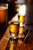 uísque e cerveja foto