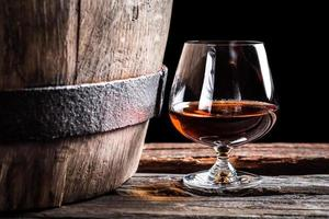 vidro brendy e barril de carvalho velho