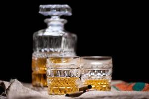 uísque e uísque bebe na madeira com garrafa de bar