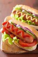 cachorro-quente com ketchup mostarda e alface foto