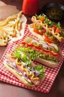 cachorros-quentes grelhados com mostarda de ketchup de legumes foto
