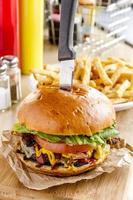 hambúrguer e batatas fritas gourmet foto