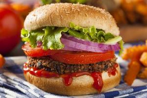 hambúrguer de quinoa vegetariana saudável caseiro com alface foto